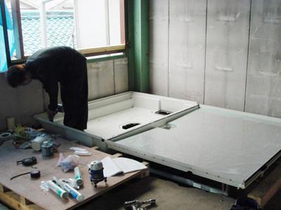 床に防水パンを設置